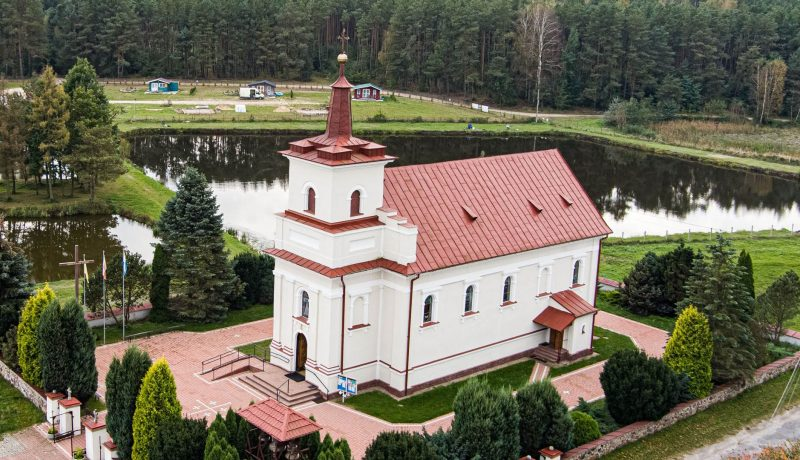 Kościół w Goryniu na tle stawów i domków letniskowych